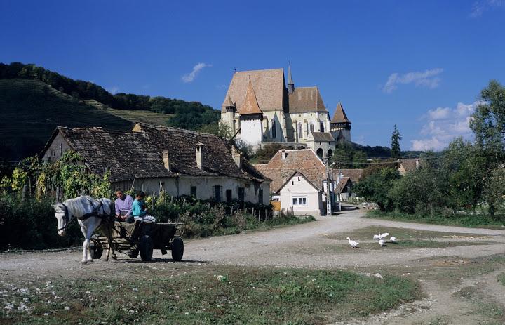 Descoperă biserica fortificată și satul Biertan