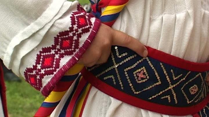 Die Poplaca Jugendliche, die den alten rumänischen Calusar Tanz ausüben