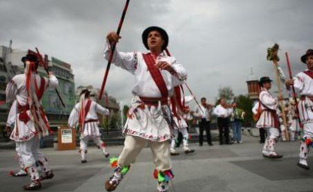 Calusarii de Poplaca, tinerii care duc mai departe cel mai vechi dans romanesc