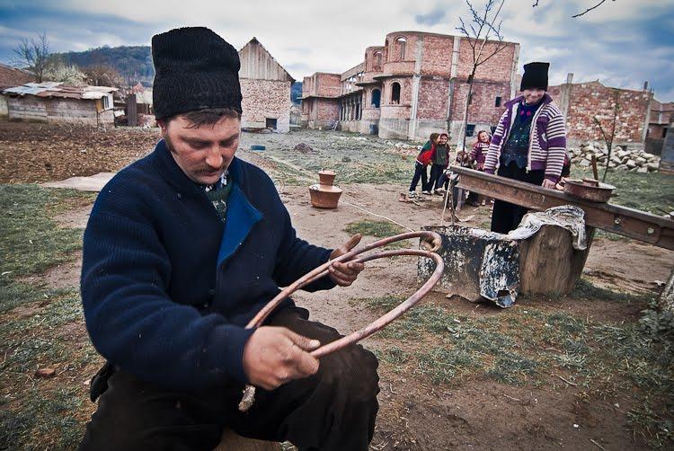 Romii caldarari din Brateiu: arta care invinge prejudecatile