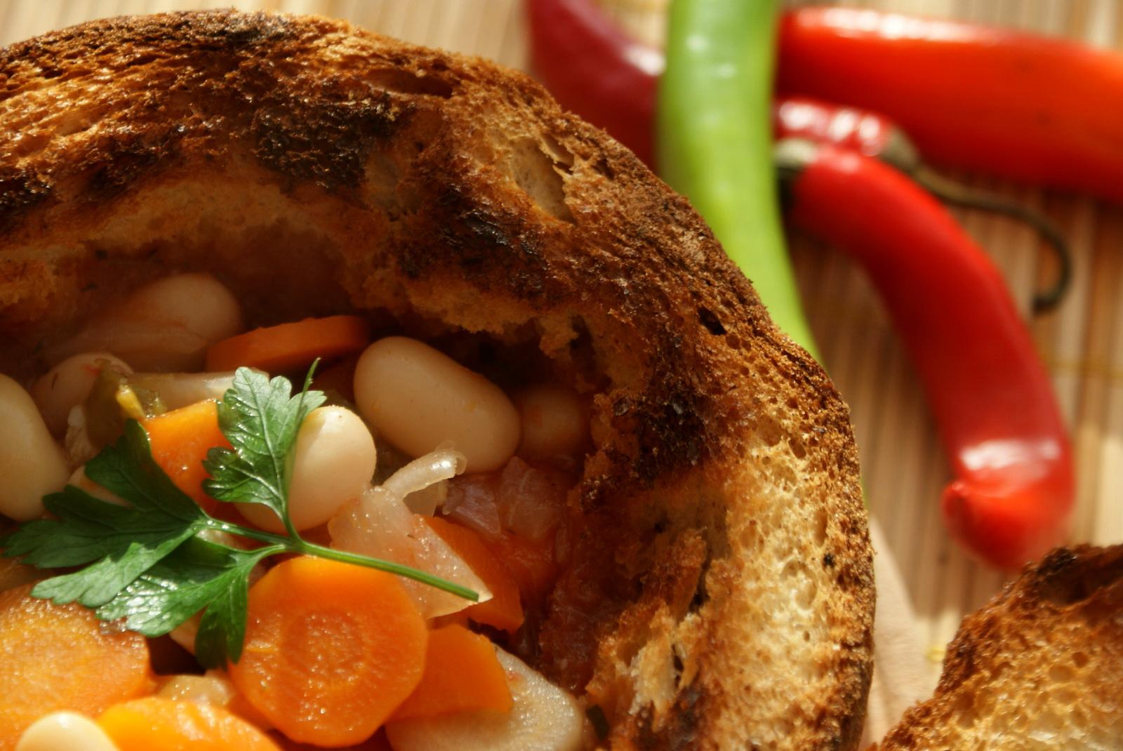 Bohnensuppe im Brot, eine  kulinarische Delikatesse aus der Region des Parang-Gebirges