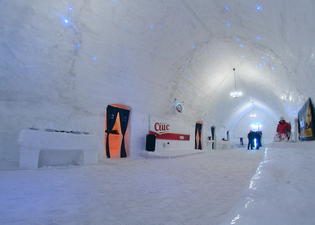 In Balea arbeitet man fleißig, um das Eis-Hotel zu erbauen
