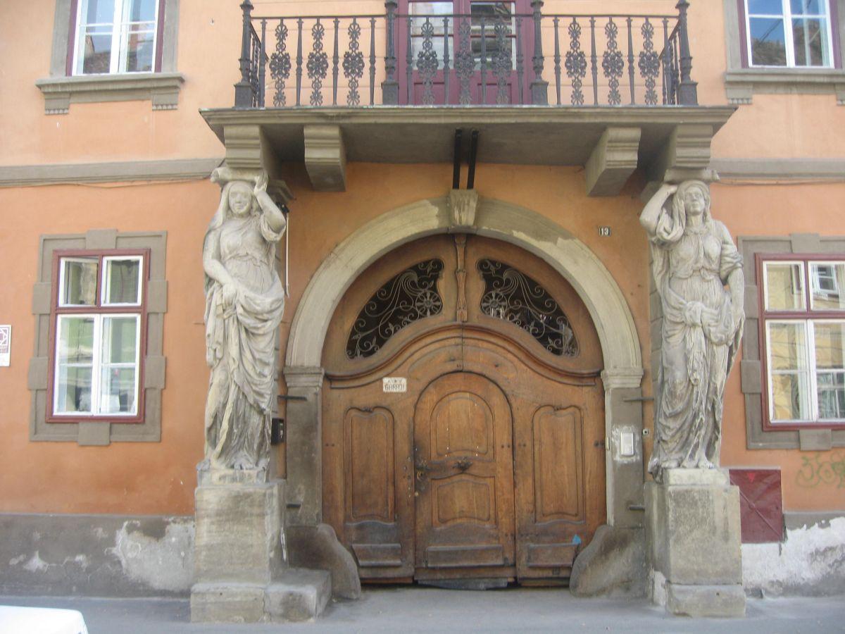 Casa cu Cariatide, una dintre emblemele barocului in Sibiu
